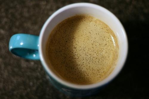Z kávy nevěštíme. Pijeme instantní.